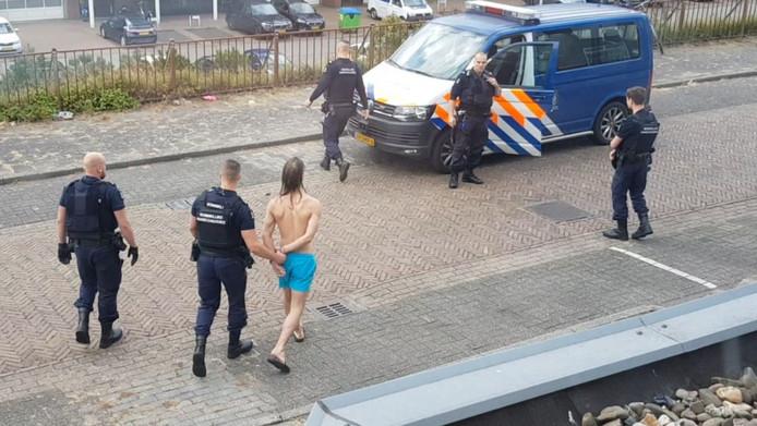 De man kreeg bij zijn arrestatie een blauw broekje aan