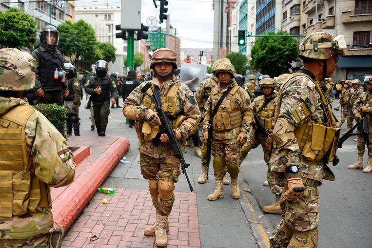 Leden van de Militaire Politie donderdag in de straten van La Paz tijdens een demonstratie van aanhangers van de vertrokken president Evo Morales.  Beeld AFP
