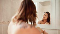 Mag je grijze haren uittrekken? En is het beter om te douchen met ijskoud water? Expert neemt haarmythes onder de loep