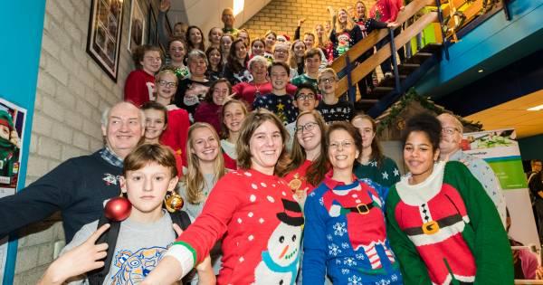 Wellant college trekt kersttrui aan voor goede doel
