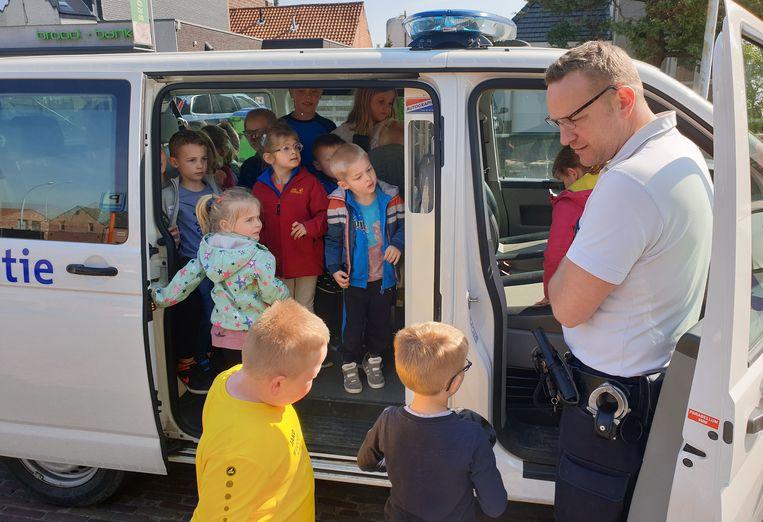 De kinderen mochten de politiewagen ook eens van binnenin bekijken - Olen