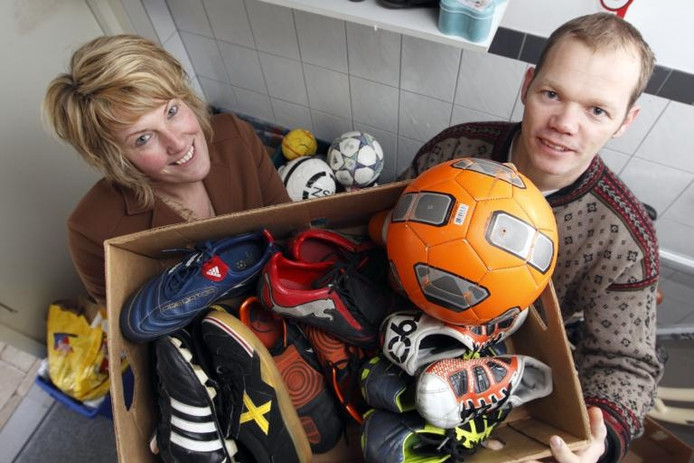 Anita van Dijk en Daniel Bastiaan met de eerst oogst qua voetbalschoenen voor Liberia. Van Dijk is een inzamelpunt begonnen bij voetbalclub DOS Kampen. foto Tom van Dijke