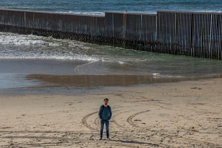 Correspondent Joost de Vries op een strand in de Mexicaanse stad Tijuana Beeld Alejandro Cegarra