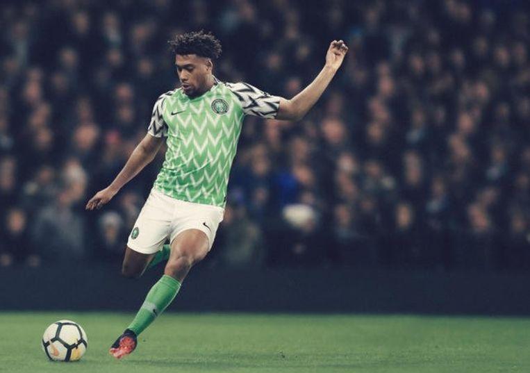 Alex Iwobi met de nieuwe tenue van Nigeria.