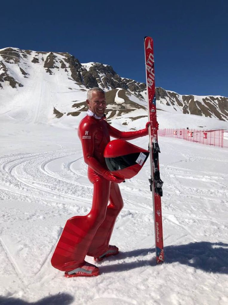 In deze speciale uitrusting verbrak Joost het Belgisch record speedski.
