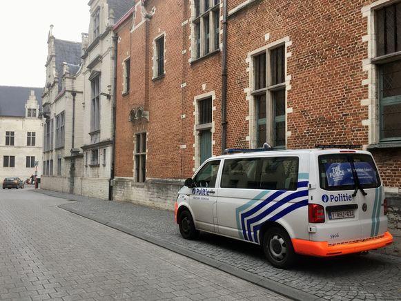 Een politiecombi aan de ingang van het gerechtshof in Mechelen.