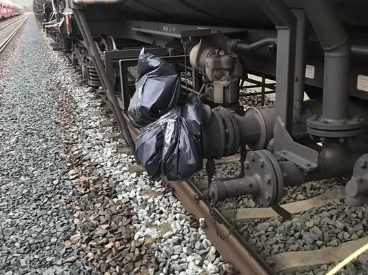 De inspectie heeft woensdag een goederentrein geblokkeerd, omdat de vervoerder vuilniszakken over vervuilende afsluiters heeft geplaatst