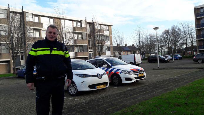 De politie en woningcorporatie Stadlander zijn donderdagmiddag ter plaatse bij de flatblokken waar het vuurwerk werd gevonden. Op de foto wijkagent Bouke Bakker.