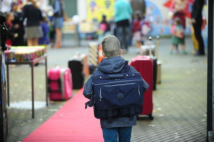 De verplichting geldt in een zone van 200 meter rond de in- en uitgangen van alle Gentse scholen.