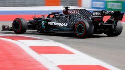 Lewis Hamilton snelt in Rusland met baanrecord naar 96ste pole