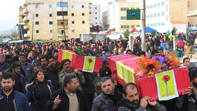 Koerdische inwoners van de Noord-Syrische regio Afrin dragen slachtoffers van Turkse bombardementen ten grave. Beeld null