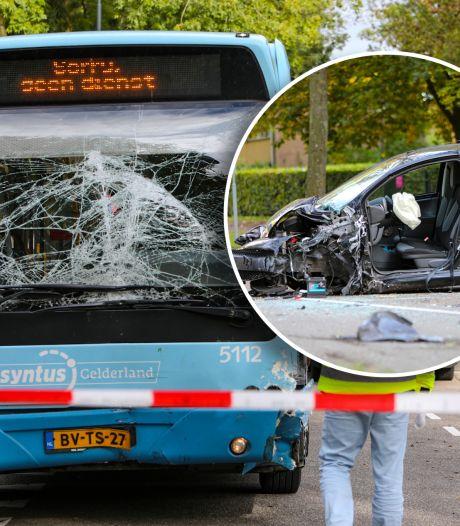 Automobiliste raakt zwaargewond na frontale botsing met stadsbus in Apeldoorn