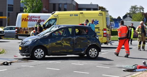 Auto over de kop bij botsing in Elst, twee gewonden.