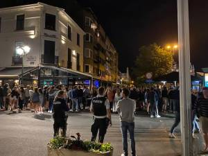 Des centaines de jeunes Néerlandais se rassemblent à Knokke, la police forcée d'intervenir