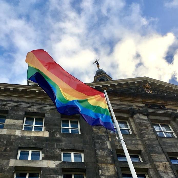 De regenboogvlag wappert op het stadhuis