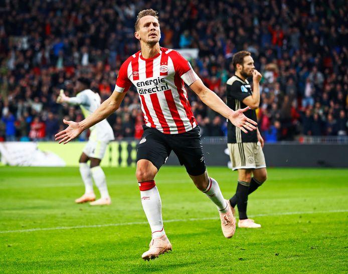 Luuk de Jong laat André Onana en Daley Blind in verslagenheid achter na de 2-0