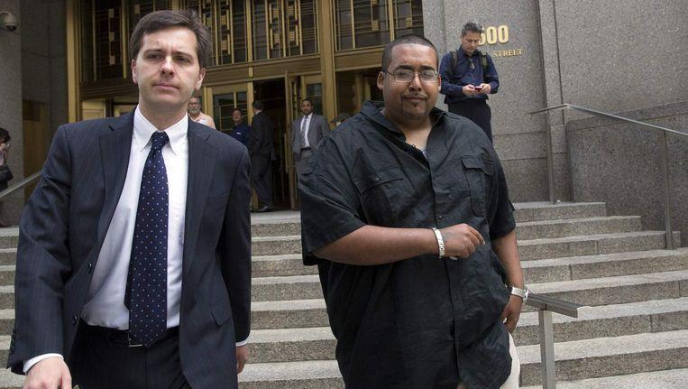 Hector Xavier Monsegur (rechts) verlaat het gerechtsgebouw in New York.
