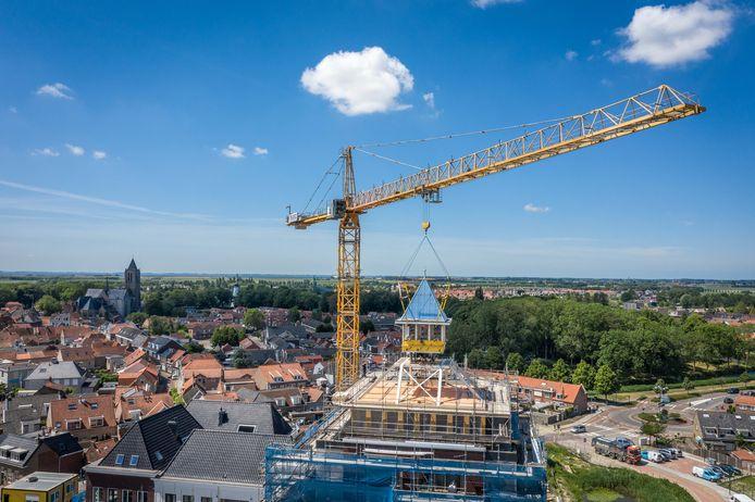 De Kruittoren in Tholen krijgt zijn torenspits.