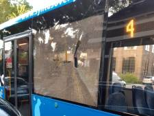 Steen door raam van bus in Deventer: 'Als daar mensen hadden gezeten waren er zeker gewonden gevallen, zo niet erger'