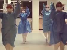 In witte jassen en gewone kleding dansen medewerkers HagaZiekenhuis 'Jerusalema'