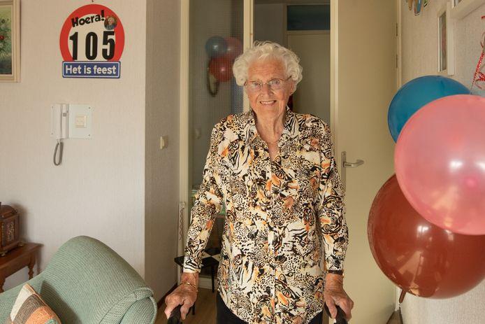 De Baarnse vierde haar verjaardag in aanwezigheid van burgemeester Mark Röell, die om klokslag 10.00 uur op de stoep stond.