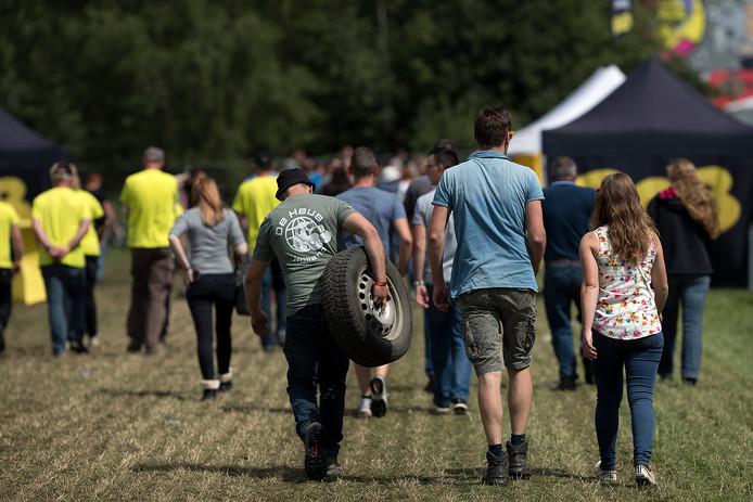 Deelnemers aan één van de crossklassen lopen met een reserveband terug naar het Rennerskwartier.