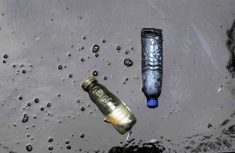 Er komt statiegeld op kleine flesjes (het blauwe flesje). Het geelbruine flesjes is waarschijnlijk een sap-flesje en valt niet onder het nieuwe regime. Beeld Mark Kohn