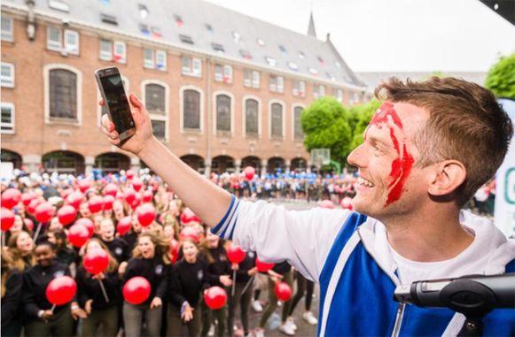 MNM-presentator Tom De Cock neemt een selfie op de speelplaats.