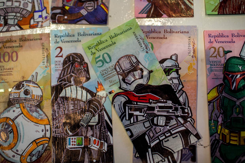 Bolivar-biljetten, beschilderd door grafisch vormgever José León (26) in Galerie O Espacio in Caracas.