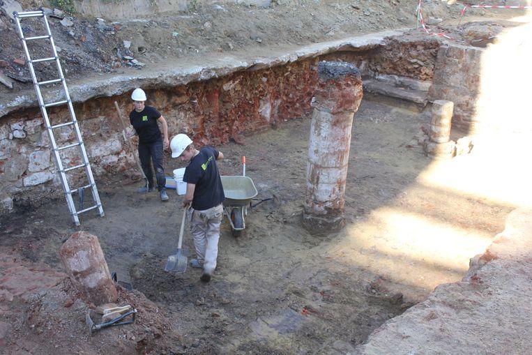 Deze kelder met zuilen werden ontdekt.