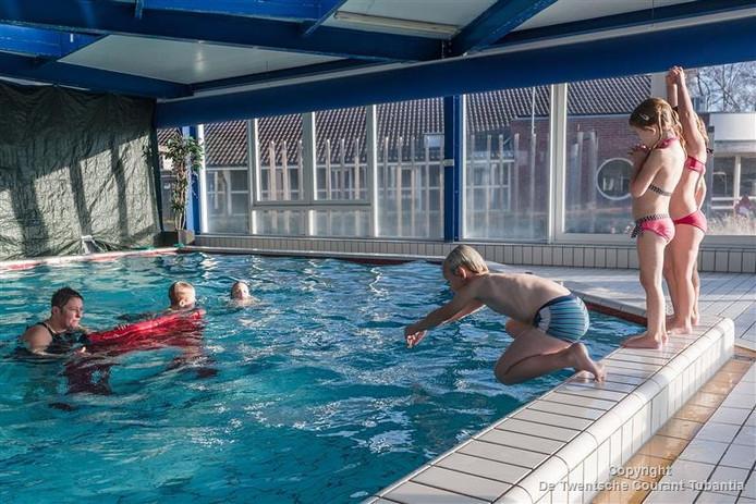 Esther Sempel - van de Riet (links) geeft zwemles op het Mölke in Zuna