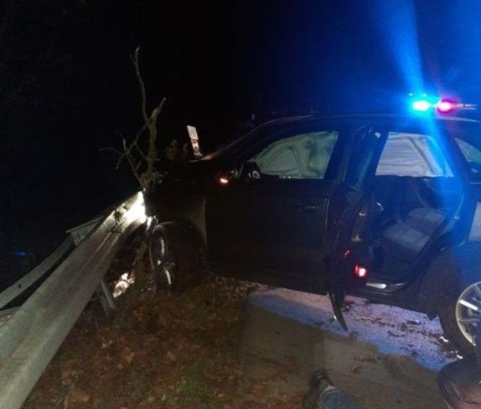 De gecrashte auto na de achtervolging op de A12 van Duiven naar Duitsland.
