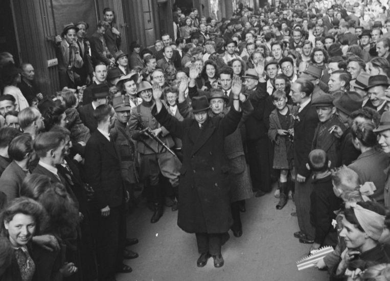 NSB'ers in Deventer worden vlak na de bevrijding, op 11 april 1945, opgepakt. Beeld Gahetna.nl