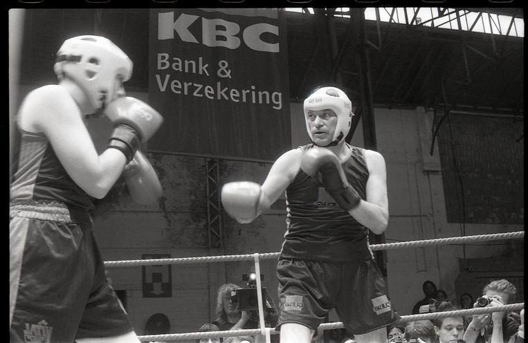 Directeur Jan Hoet bokst tegen Dennis Bellone bij de opening van het S.M.A.K. in 1999.  Beeld Dirk Pauwels