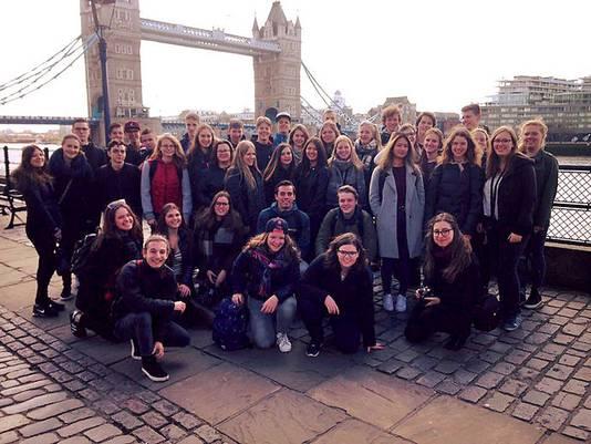 Een klas van het Mollerlyceum poseert in Londen voor de Tower Bridge. De groep was gisteren getuige van de aanslag.