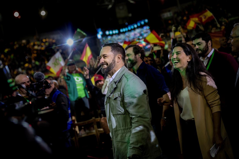 Santiago Albascal, hier op campagne in een voorstad van Madrid, werpt zich op als de grote redder van Spanje. Beeld Bernat Armangue / AP