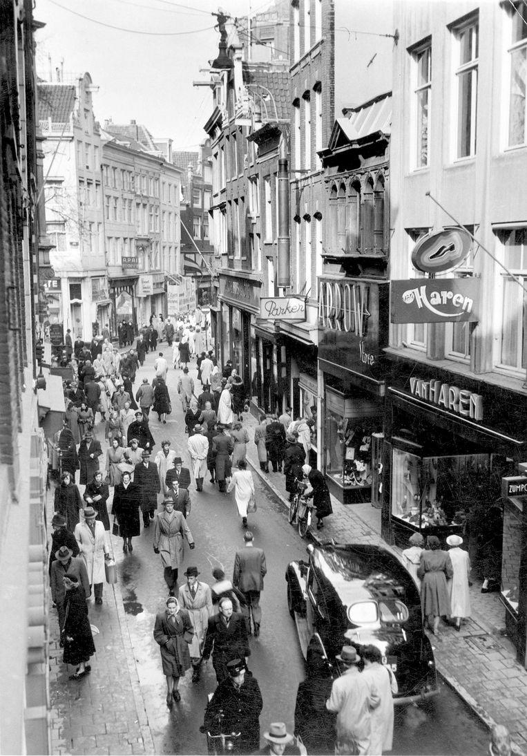 De Locomotief (1952): 'In Amsterdam heersen sinds de bevrijding op verkeersgebied chaotische toestanden' Beeld Nationaal Archief/Collectie Spaarnestad/Jan van Eyk