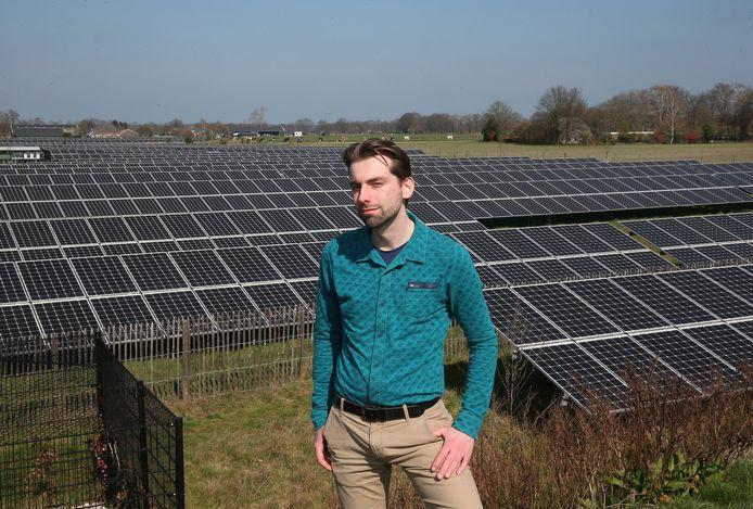 Wethouder Paul Hofman in het solarpark in Hengelo. Volgens hem 'kunnen we op korte termijn niet zonder windenergie'.