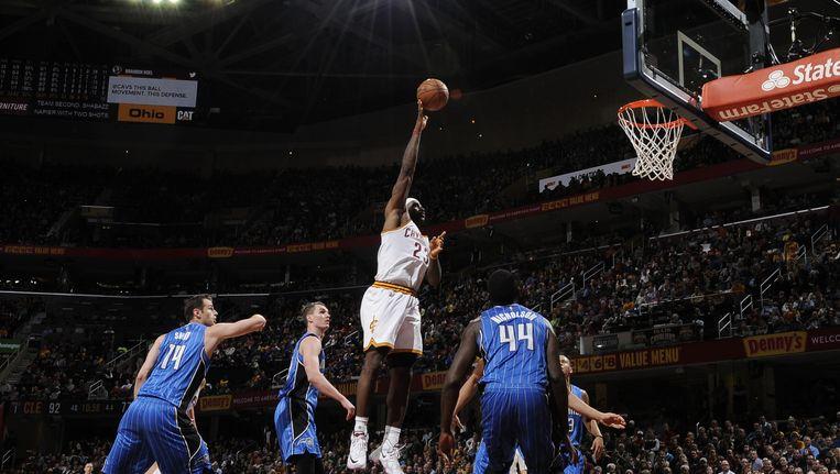 LeBron James (witte tenue) moet nog 1.500 punten maken en 3.500 assists geven om Oscar Robertson te passeren op de assist- en topscorerslijst aller tijden. Beeld getty
