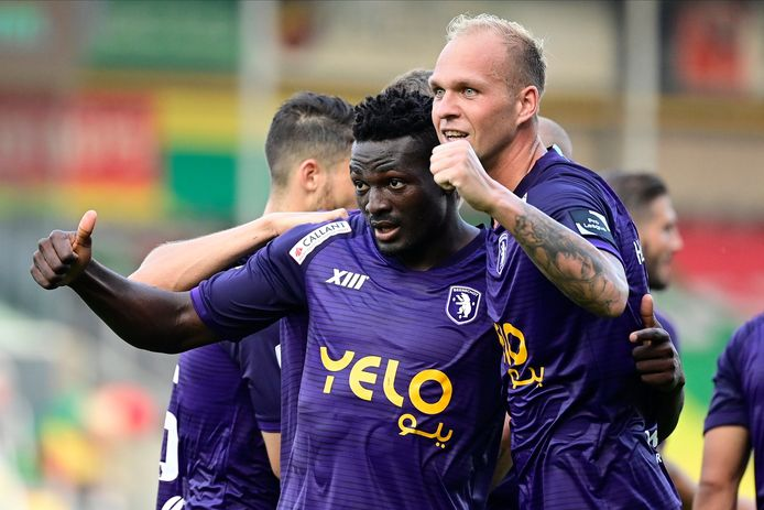 Noubissi (l) scoorde beide doelpunten.