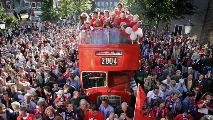 De dubbeldekbus met familieleden van FC Utrecht-spelers baant zich een weg door het centrum van Utrecht in 2004, toen won de club de Amstel Cup.