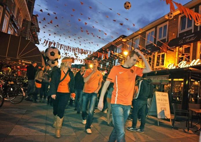 Fans verlaten teleurgesteld het Caterplein. Diverse cafés hadden grote beeldschermen opgesteld. foto Maarten Sprangh
