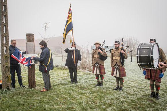 De inhuldiging van de gedenkplaat werd opgeluisterd door enkele pipers.