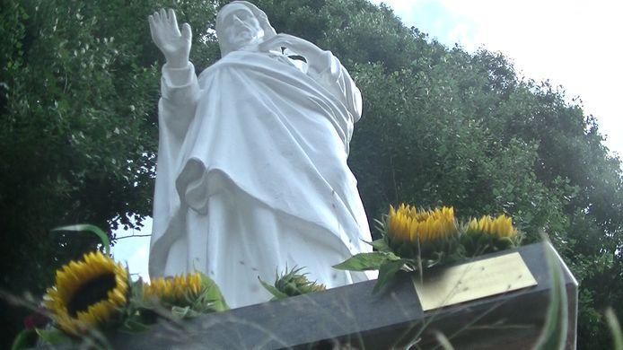 'Geschonken door Cees van Gisbergen' staat op het messing plaatje dat op initiatief van Joseph Traa op de sokkel van het Heilig Hartbeeld is gelijmd.