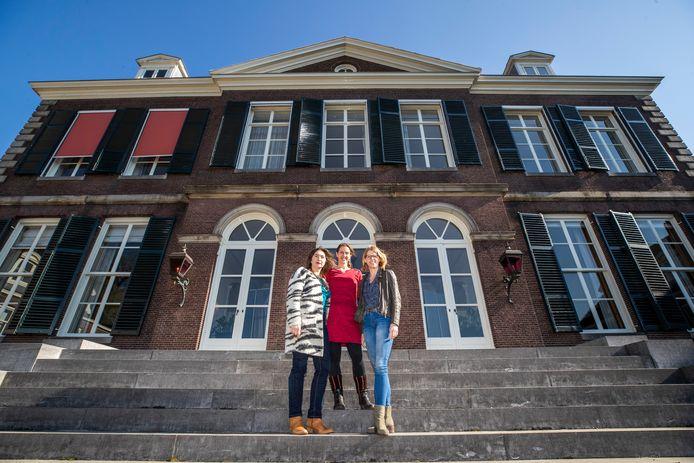 Pauline Wijnen (links), Hanneke de Ridder en Petra Bergstra bij landhuis Houdringe.