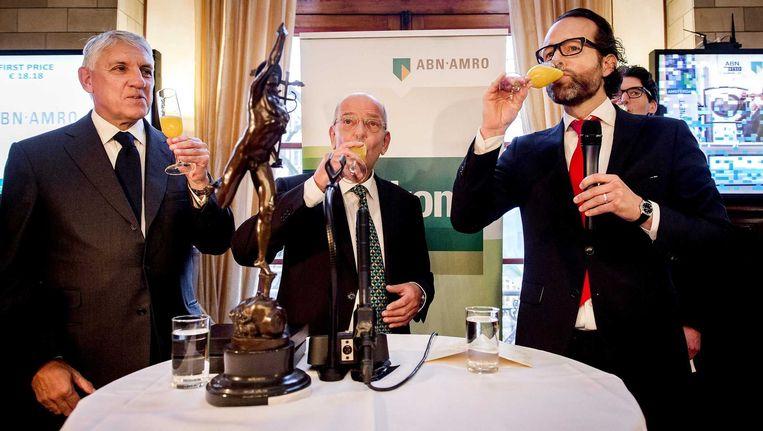 Gerrit Zalm, voorzitter Raad van Bestuur, brengt samen met Maurice van Tilburg, CEO Euronext Amsterdam een toast uit na de de beursgang van ABN AMRO. Beeld null