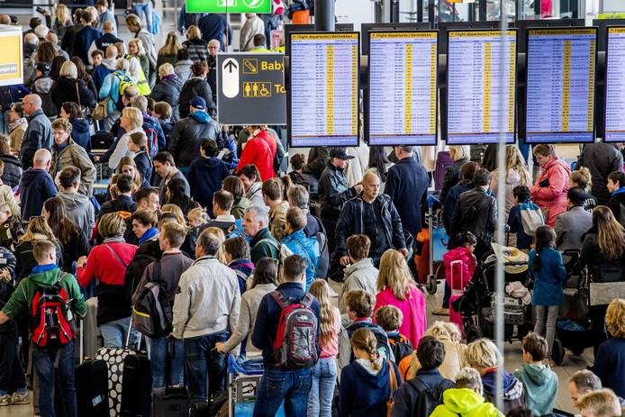 Drommen reizigers op luchthaven Schiphol. Ruim honderd KLM-passagiers misten dit weekend hun vlucht.
