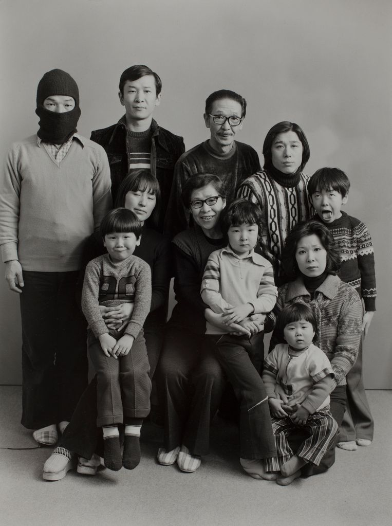 Boven, van links naar rechts: Masahisa, Toshiteru, Sukezo, Hisashi Daikouji. Onder, van links naar rechts: Akiko en Manabu, Mitsue and Kyoko, Kanako and Miyako, Takuya, 1975, uit de serie Family Beeld Masahisa Fukase Archives, Michael Hoppen Gallery London