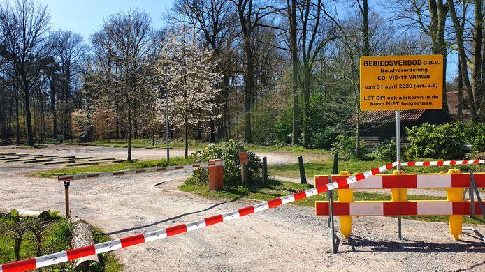Een bord op het parkterrein bij De Hannebroeck vermeldt dat er een gebiedsverbod is.