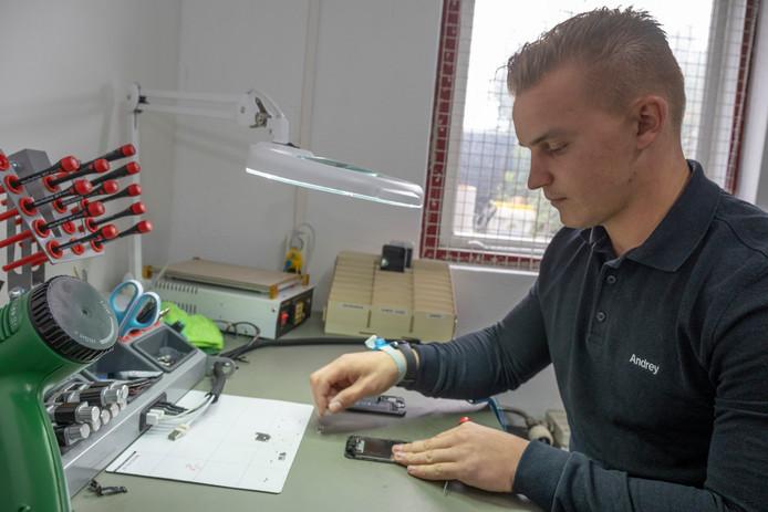 """Wanneer Andriy Derzhavets een smartphone weer aan de praat krijgt, zijn klanten blij. ,,Mensen sturen dan een kaartje."""""""